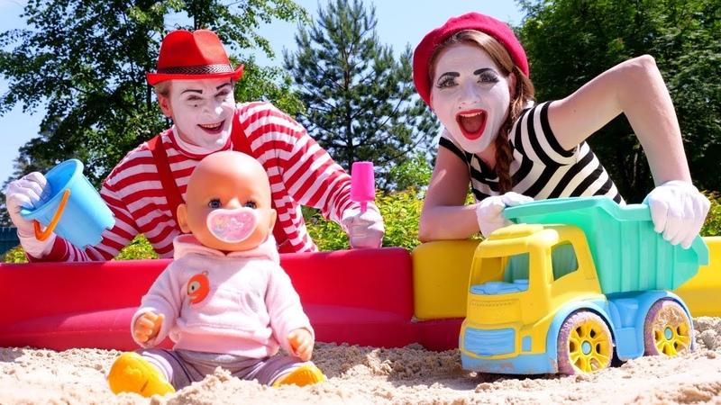 Baby Born oyuncak bebek kum havuzunda kamyon geçmesin diye sınır yapıyor