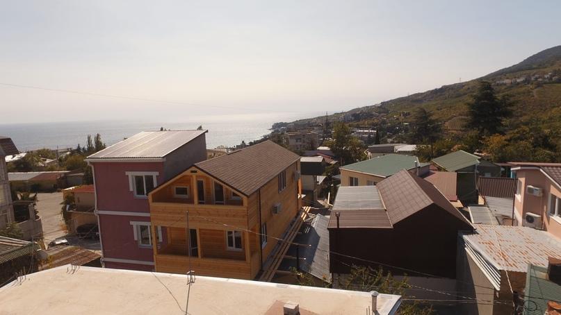 Второй балкон — с другой стороны дома на третьем и четвертом этажах