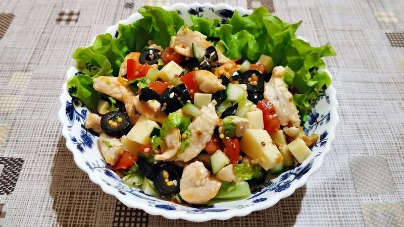 Салат с курицей овощами сыром и маслинами