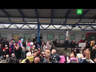 Как первый пассажирский поезд, проехавший по Крымскому мосту, встретили в Севастополе