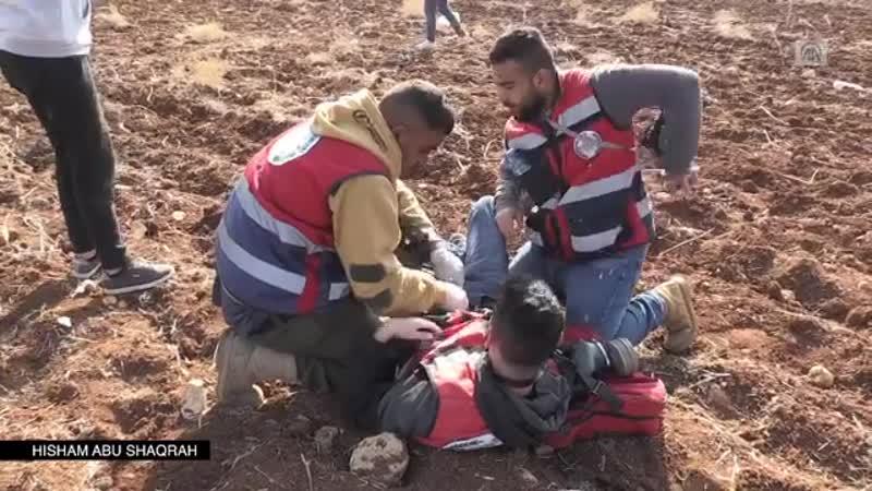 Момент когда доброволец гражданской обороны был ранен пулями оккупационных солдат во время столкновений в деревне Дейр Джарир