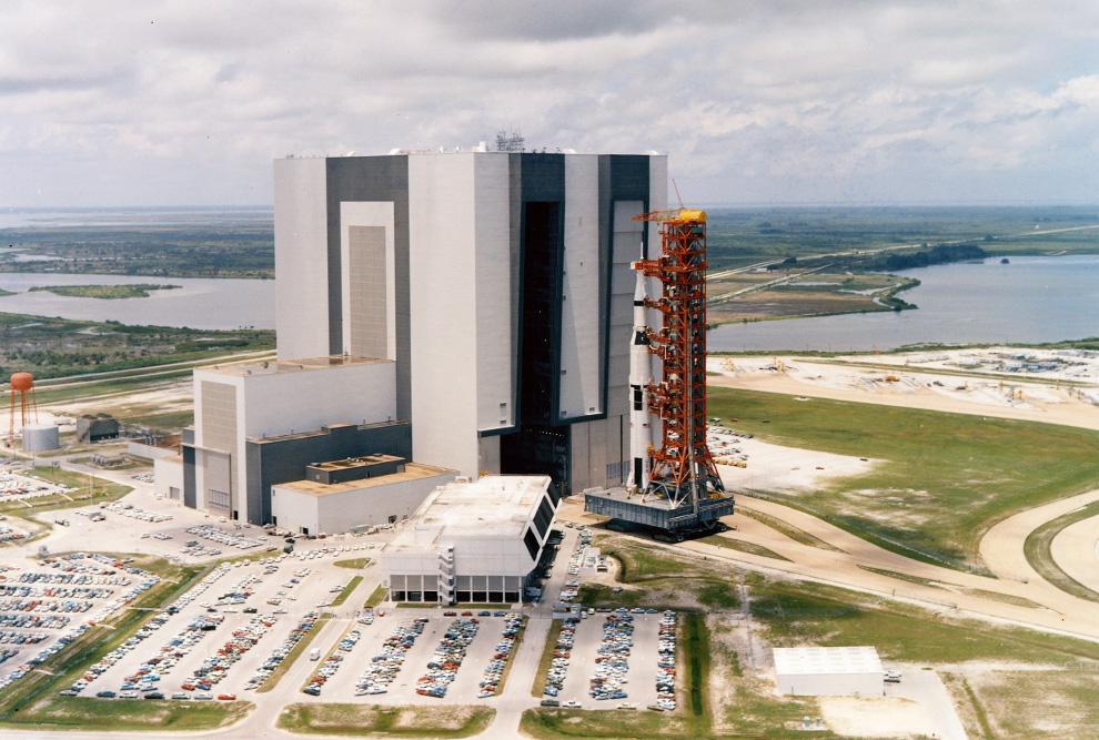 9) Вид космической ракеты «Аполлон 11» высотой 363 метров во время вывоза ее из Космического Центра Кеннеди во Флориде 20 мая, 1969. (NASA)