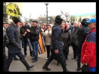 Милиция под аплодисменты покидает здание харьковского облсовета