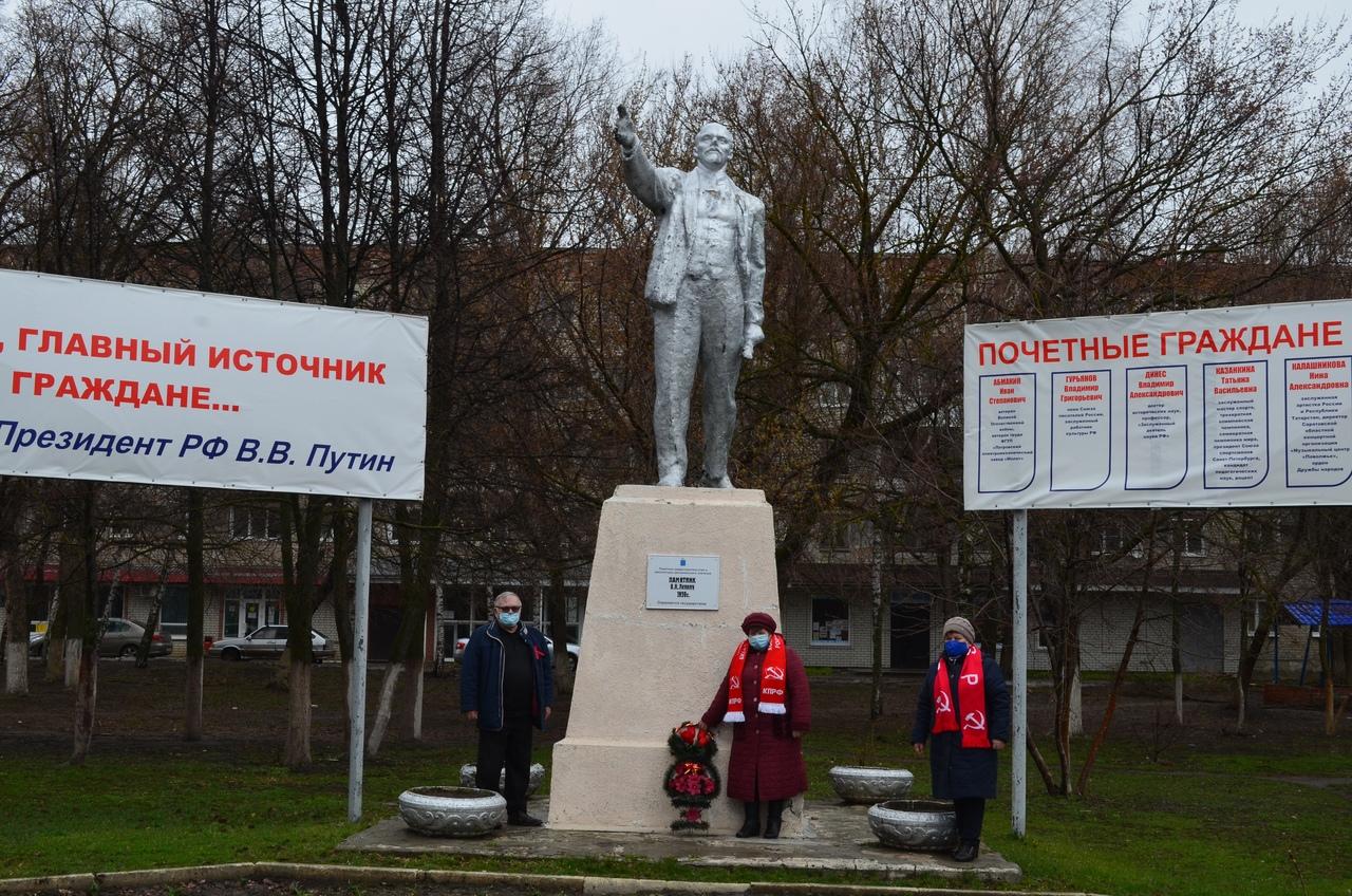 Представители Петровского отделения КПРФ возложили цветы к памятнику Владимиру Ильичу ЛЕНИНУ