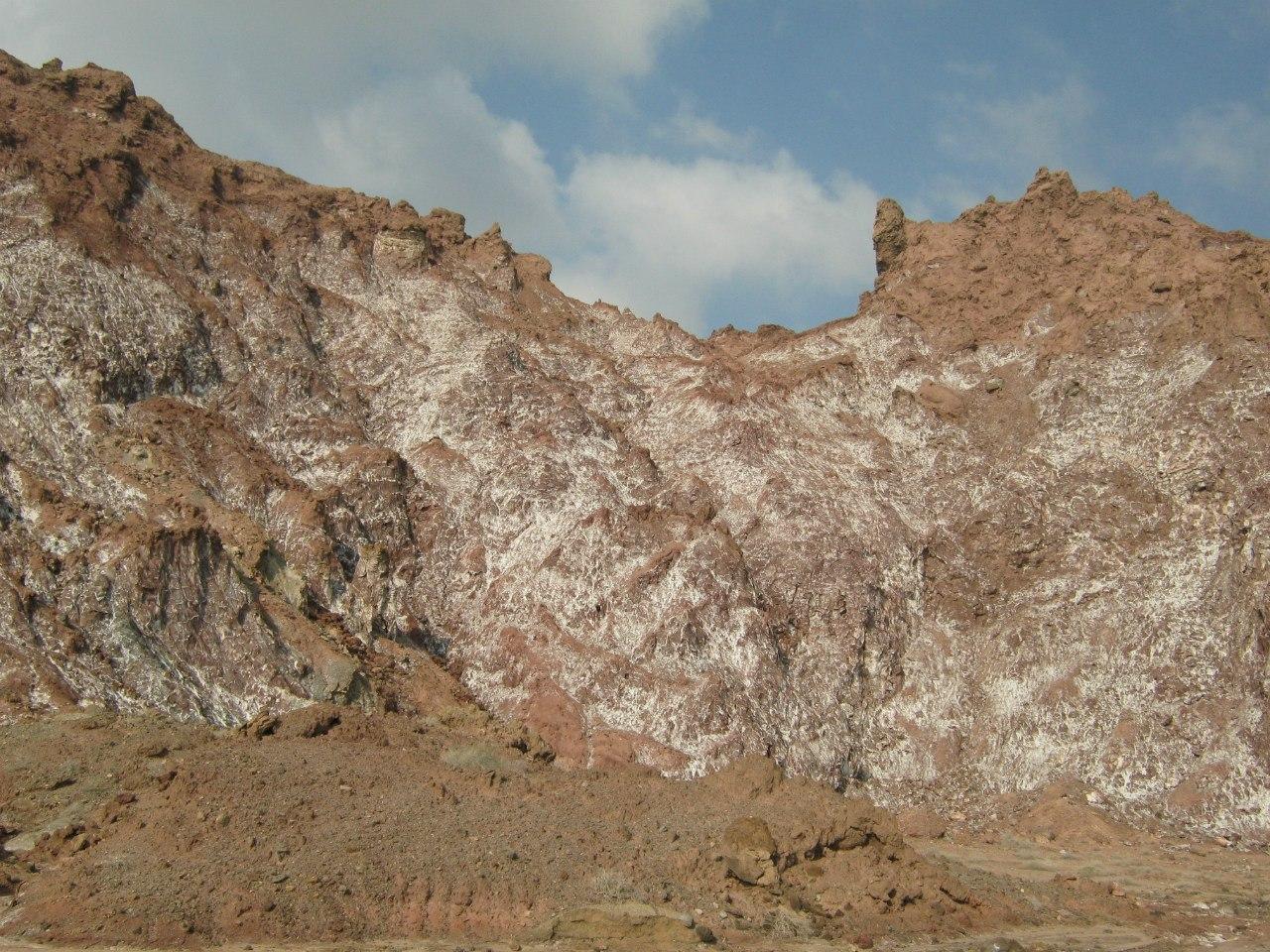 отложения соли на склонах горы провинции Хормозган