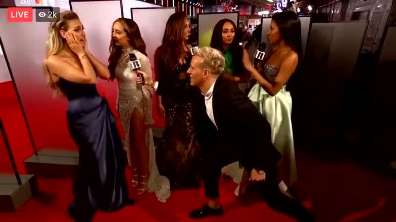Las chicas siendo entrevistadas en la alfombra roja de los BRITs - - LittleMixAtTheBrits -