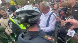 💪Wow! Ce député canadien confronte la police lors d'un rassemblement!