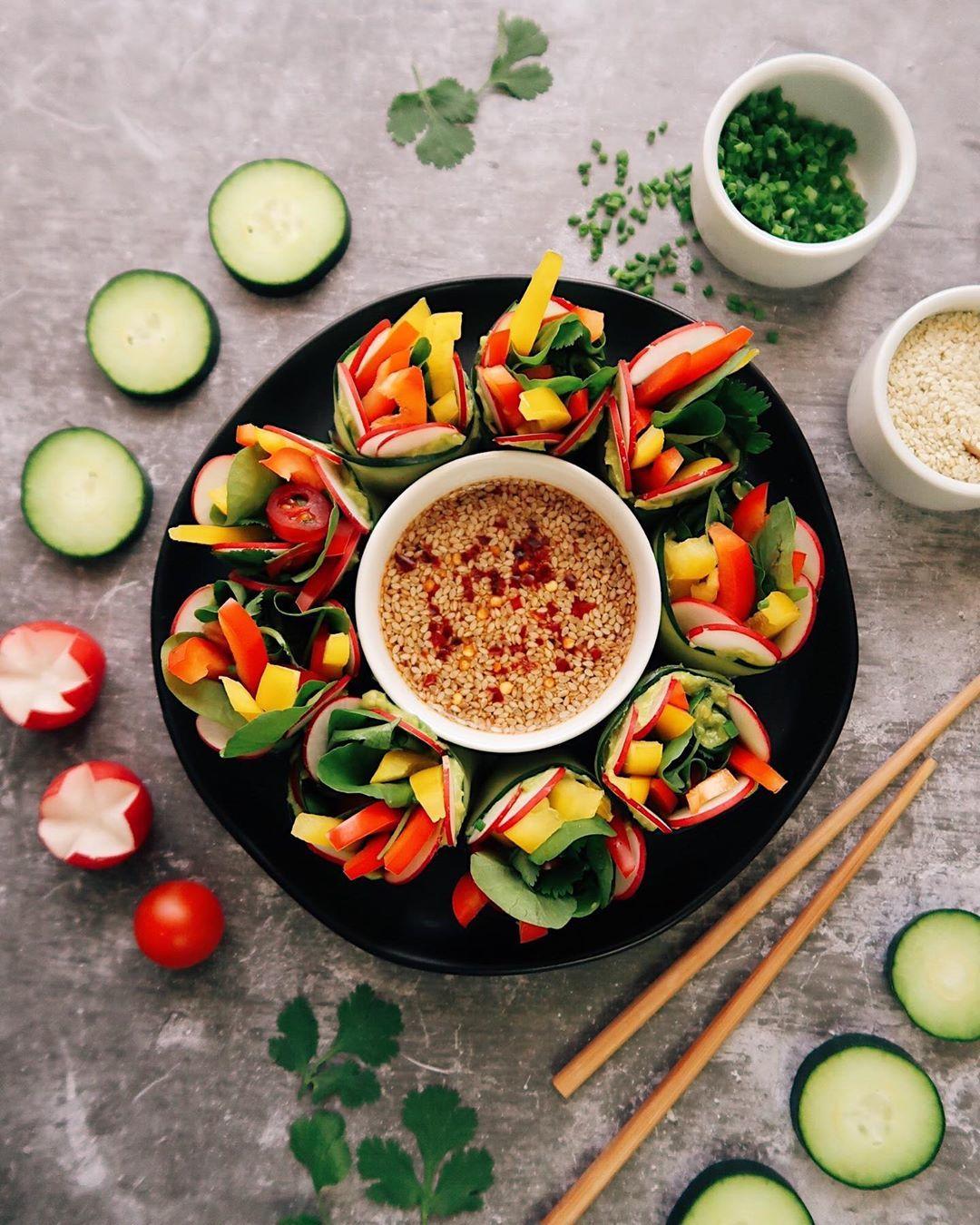 Сыроедческие роллы из огурца с овощами