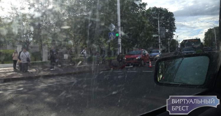 На перекрёстке Ленина и Гоголя автобус зацепил легковушку. Вот как это было