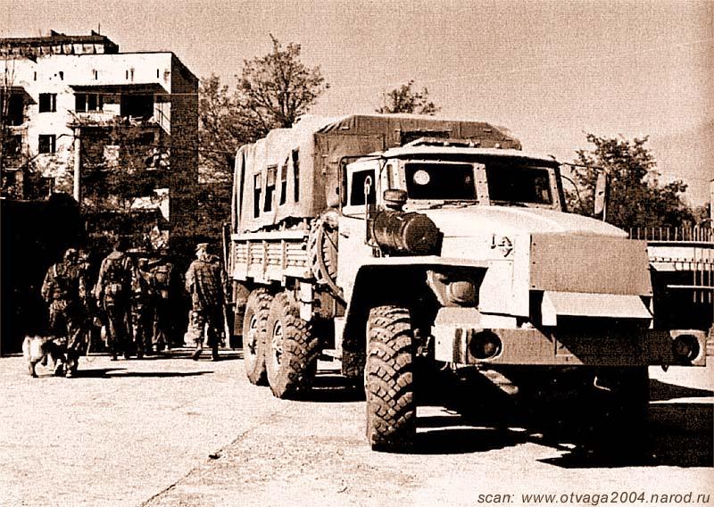 Урал-4320 с бронированным контейнером в кузове под брезентом. Отличительной чертой является забронированный двигатель. Чечня, июнь 2002 года