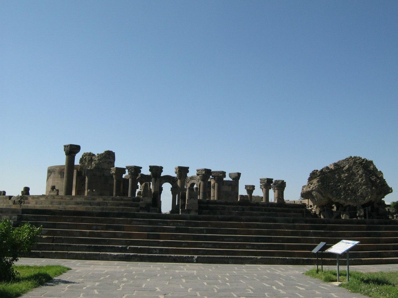 Руины кафедрального собора Звартноц