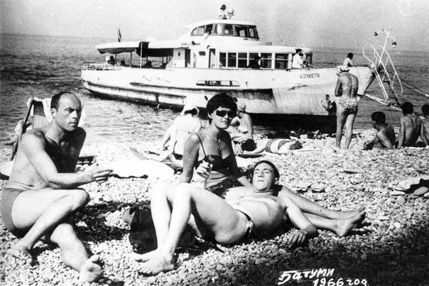Станислав Говорухин, Владимир Высоцкий и Ирина Шалаева в Батуми. 1966 год