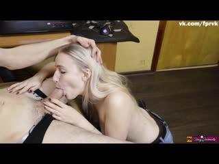Молодая сводная сестра помогает брату кончить, когда он дрочит на порно