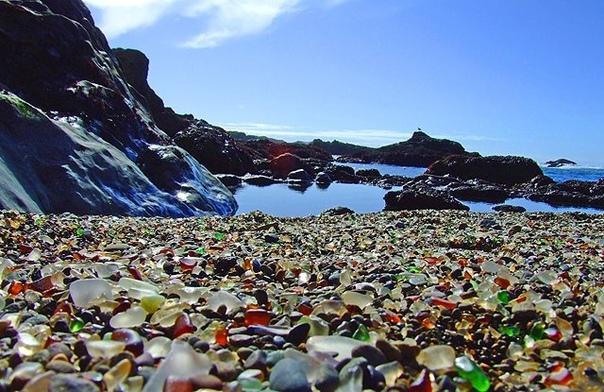 Стеклянный пляж Форт-Брагг В калифорнийском городе Форт-Брагг есть пляж, покрытый тысячами стеклянных камешков. История Стеклянного пляжа начинается в XX веке, когда жители соседнего города