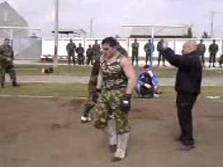 драка между Азербайджанским солдатом и Русским спецназом:Русс в черном