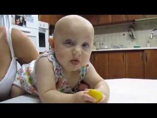 Baby tastes lemon for the first time Малыш и лимон нереальное зрелище