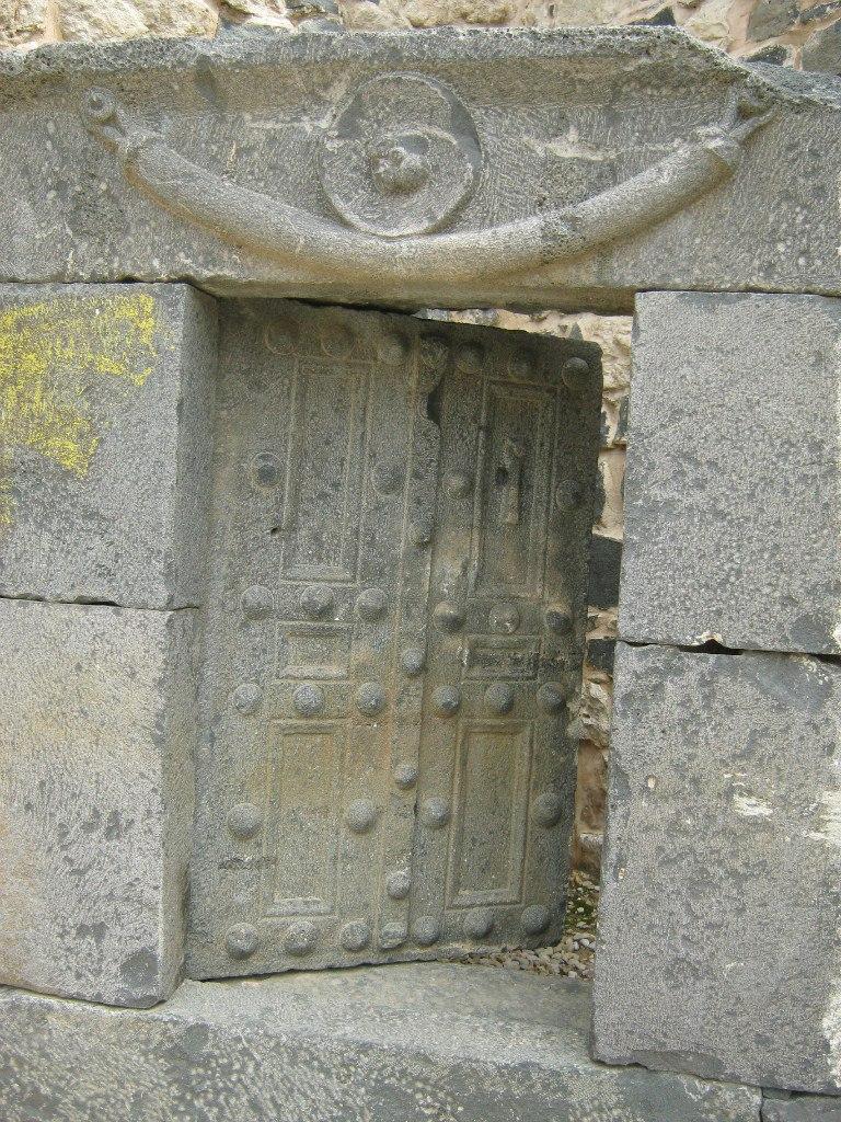 Каменная монолитная дверь в Иордании