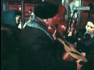 Путешествие по ГУМу  - Музыкальные инструменты и пластинки  на прилавках магазина (1954г.)