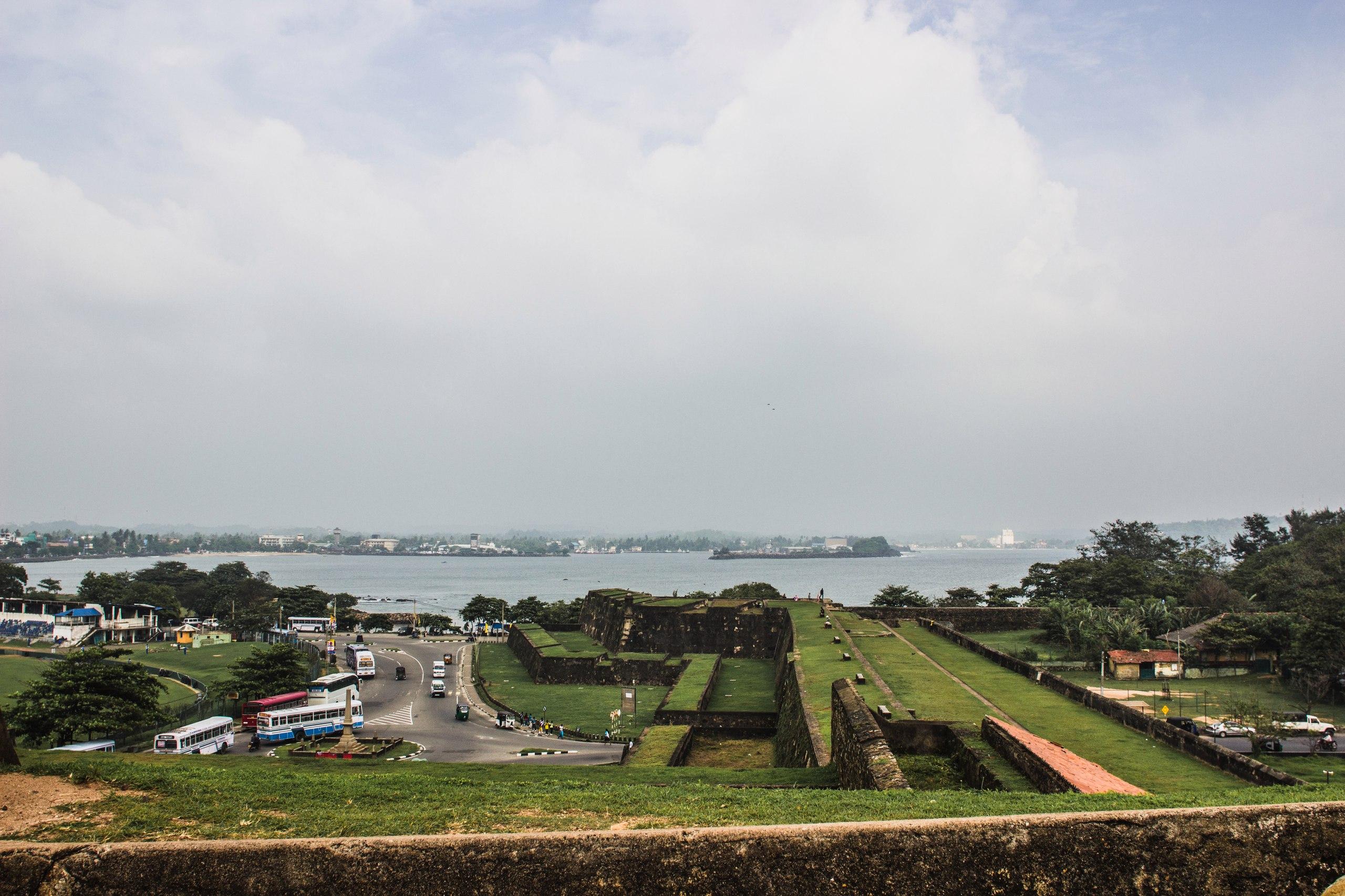 Форт Галле, вид на главный вход и окрестности
