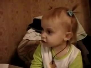 Маленькая девочка поет песенку Ти только мой
