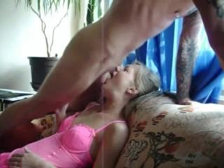 Приучил жену заглатывать всю корягу до конца и глотать сперму