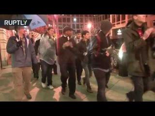 Противники Трампа устроили акцию протеста у Белого дома во время выступления пр...