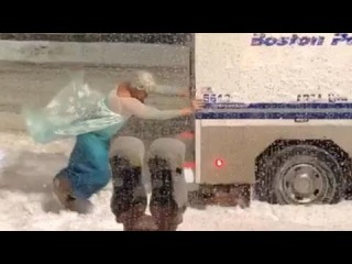 Мужик в костюме Эльзы вытолкал из снега автобус полиции Бостона и стал местной звездой