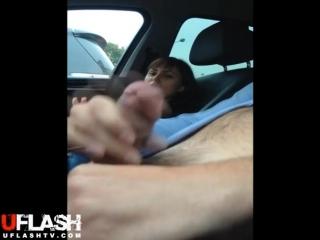 Девушка смотрит как красивый парень дрочит член и кончает в машине