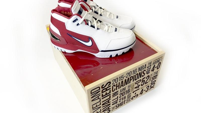 "StockX дает вам возможность приобрести комплект Nike LeBron ""Cavs Champion Court"""