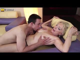 Порно сын с матерью целуются и нежно трахаются
