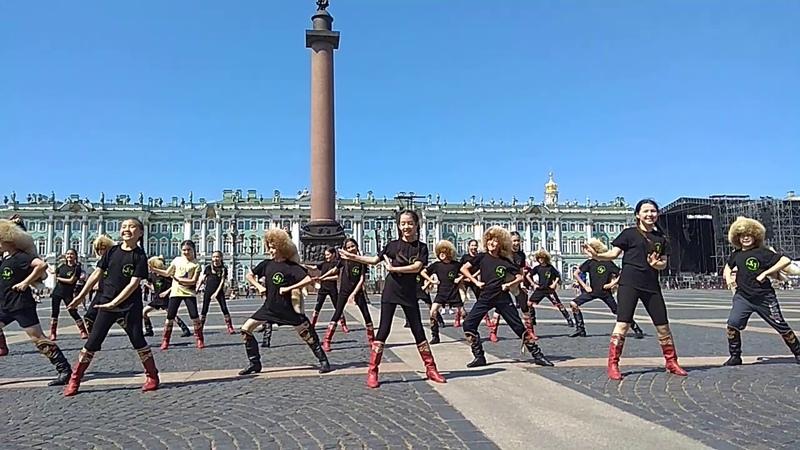 Гафурийские дети выступили на дворцовской площади Санкт Петербурга туристы были в восторге