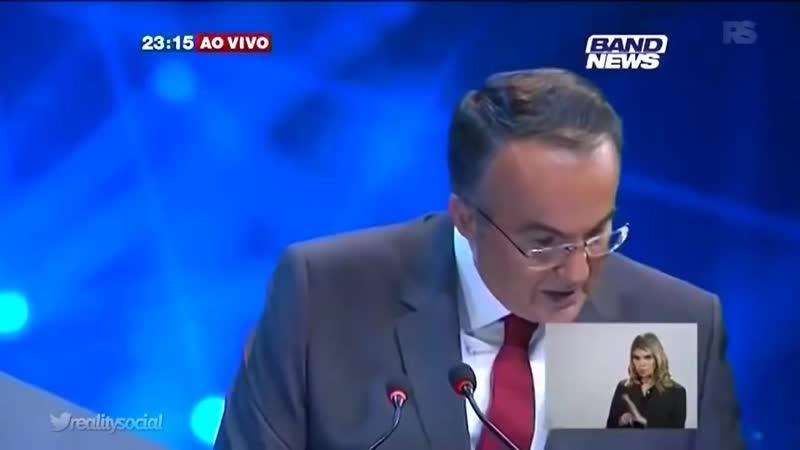 Filho de Bolsonaro passa mal em debate e é segurado por Jandira Feghali - YouTube