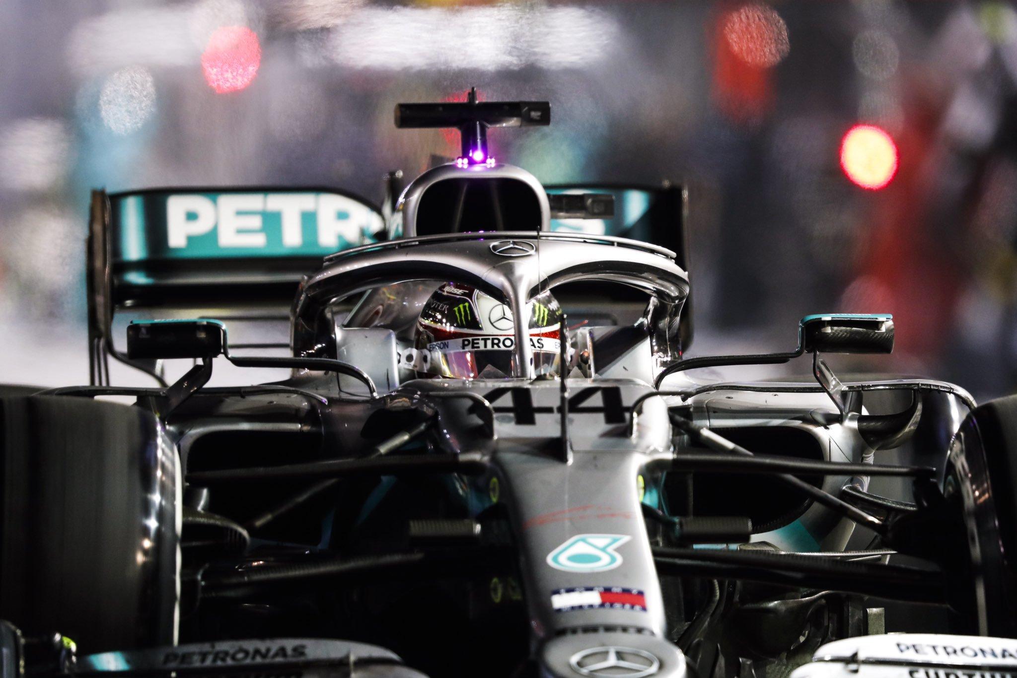 Льюис Хэмилтон за рулём Mercedes в Сингапуре