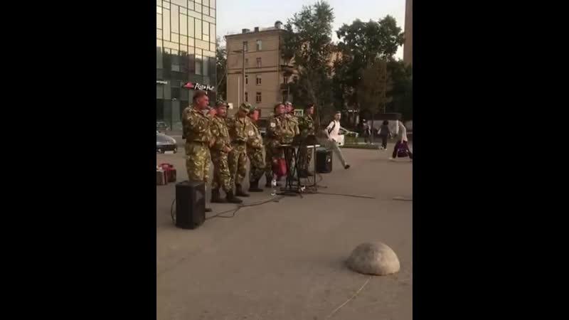 Ռուսաստանում փողոցային երաժիշտները կատարում են Արկադի Դումիկյանի Мой брат երգը
