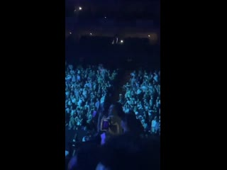 Harry dancing to right there at ariana grandes show in london tonight - august 17 via @ellen_newx
