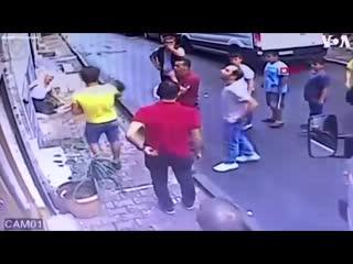 В Стамбуле подросток поймал выпавшую из окна двухлетнюю девочку. d cnfv,ekt gjlhjcnjr gjqvfk dsgfdie. bp jryf ldektny.. ltdjxre