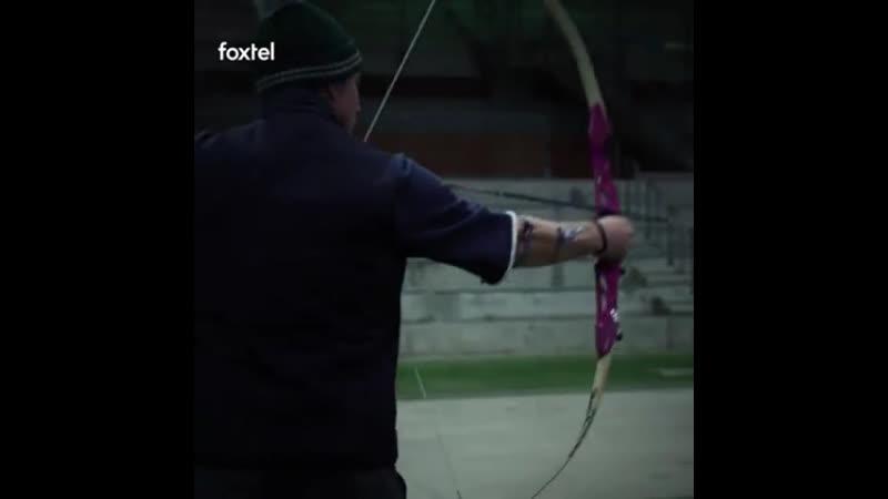 Стивен Амелл на стрельбе из лука с фанатами   Supanova