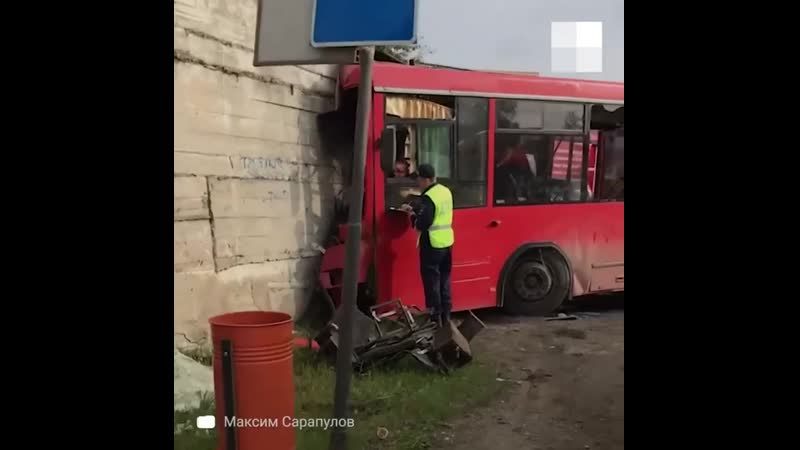 В Перми пассажирский автобус из за технической неисправности на полной скорости въехал в магазин Один человек погиб еще 20 пос