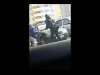 В Екатеринбурге два автовладельца устроили спарринг из-за места на парковке.