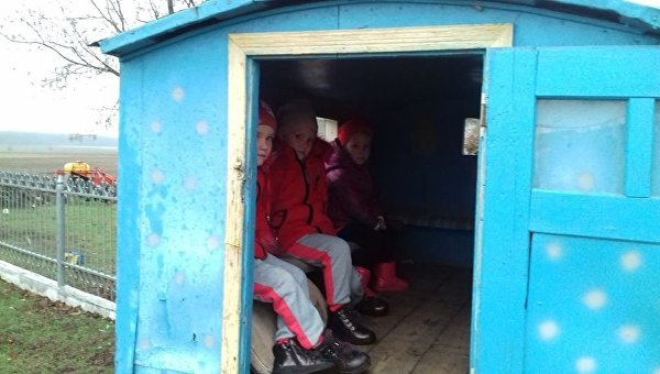 Карета подана: на Ровенщине не от хорошей жизни детей в сад возит сказочный транспорт WrI9PZFeCWQ