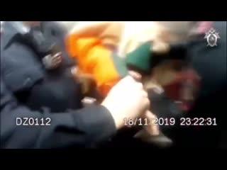 Барби из шоу Пацанки показала приёмчик полицейским в Пулково