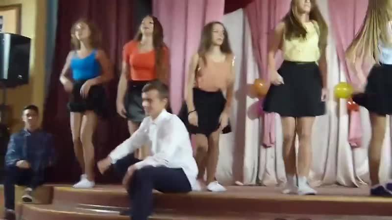 Школьницы танцуют спалили трусики Школа малолетки попки тверк трусики шо