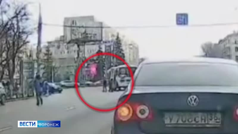 В центре Воронежа маршрутка сбила бабушку на пешеходном переходе