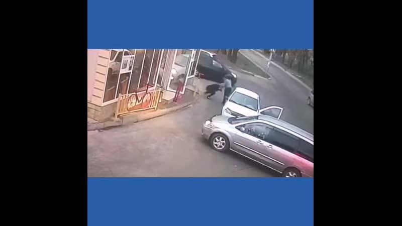 14 марта в 17 50 мужчина Избил и душил девочку которая припарковалась ожидая знакомых не будучи покупателем его магазина В резул
