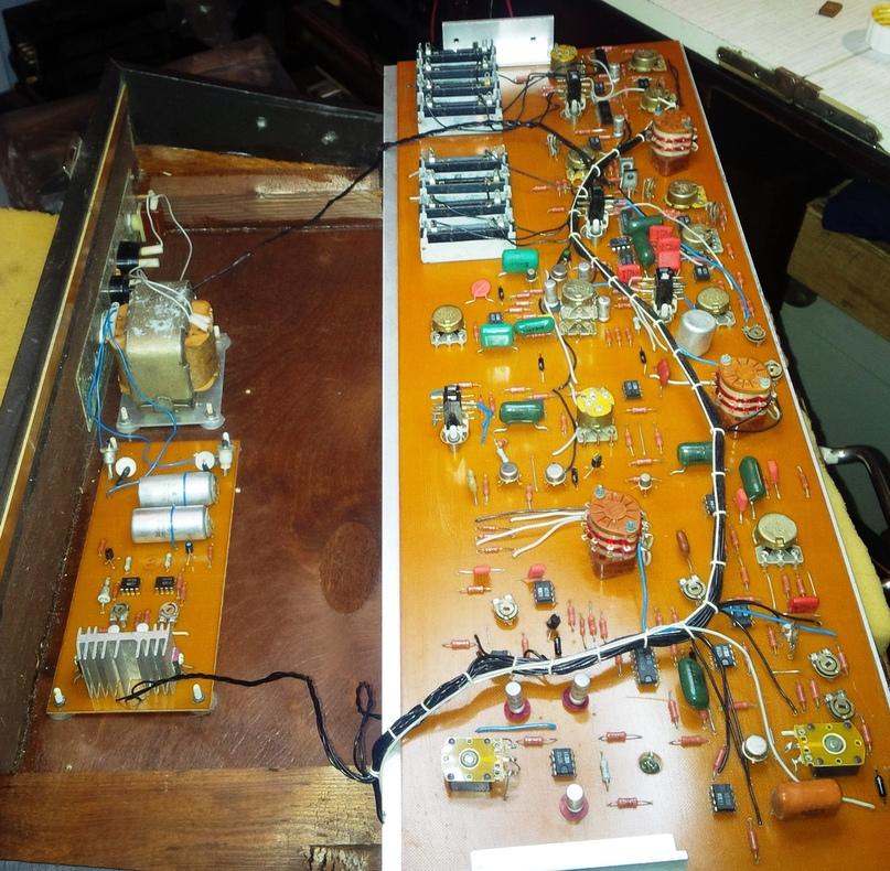 С откинутым блоком генератора и эффектов. Слева силовой трансформатор и упрощенный стаблизатор питания.