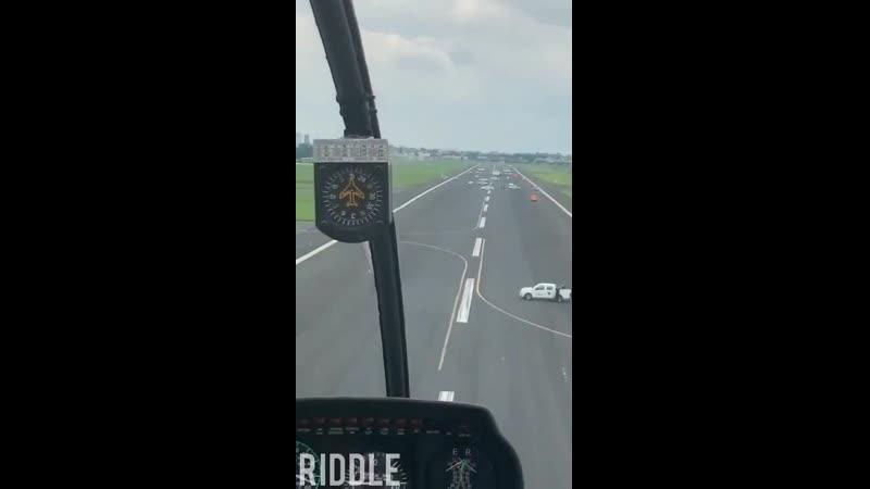 В аэропорту машинами техслужб блокировали взлётно посадочную полосу