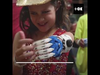 Девочка делает себе протезы
