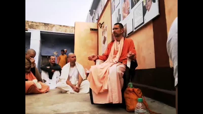 Скупим все цветы на Радха Кунде Служение с Ананда Вардхана Свами