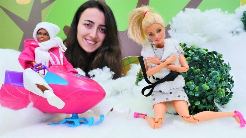 Barbie Sevcan ile kayak için bavul hazırlıyor. Kız oyunları. Barbie kar kıyafetleri