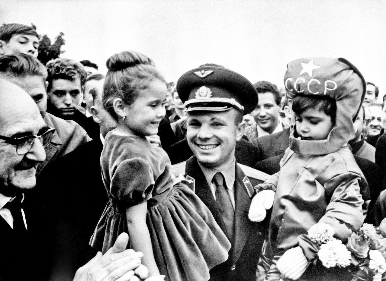 Юрий Гагарин во время своего визита во Францию, 1963 год.